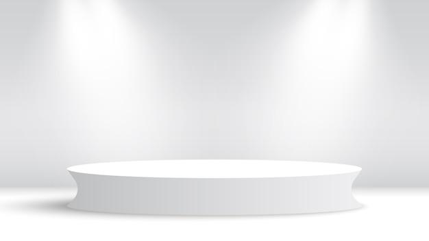 Białe okrągłe podium i reflektory.