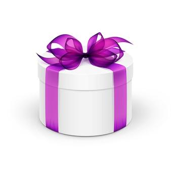 Białe okrągłe pudełko z fioletową fioletową wstążką i łuk na białym tle