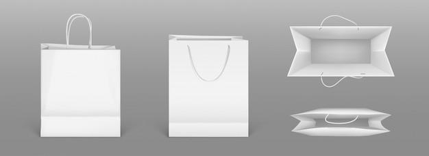 Białe papierowe torby na zakupy z przodu iz góry. realistyczna makieta pustej paczki z uchwytami na białym tle na szarym tle. szablon do projektowania korporacyjnego na tekturowej torbie dla sklepu lub rynku