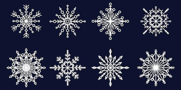 Białe płatki śniegu o różnych kształtach