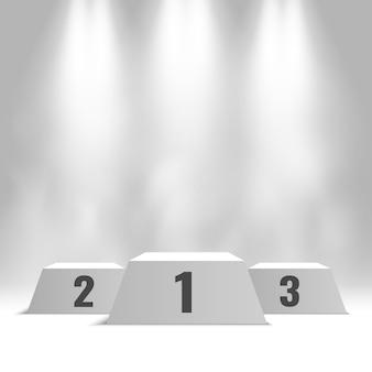 Białe podium zwycięzców z reflektorami i parą. piedestał.