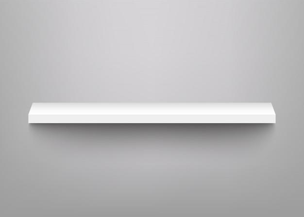 Białe półki do ekspozycji produktów