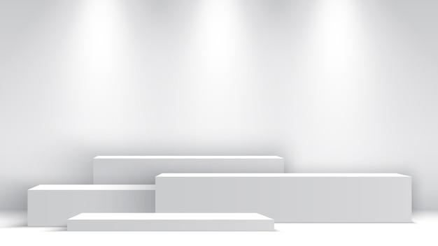 Białe puste podium z reflektorami. stanowisko ekspozycyjne. piedestał. scena.