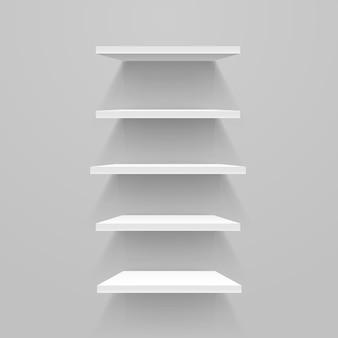 Białe puste półki na szarej ścianie. makieta wektorowa