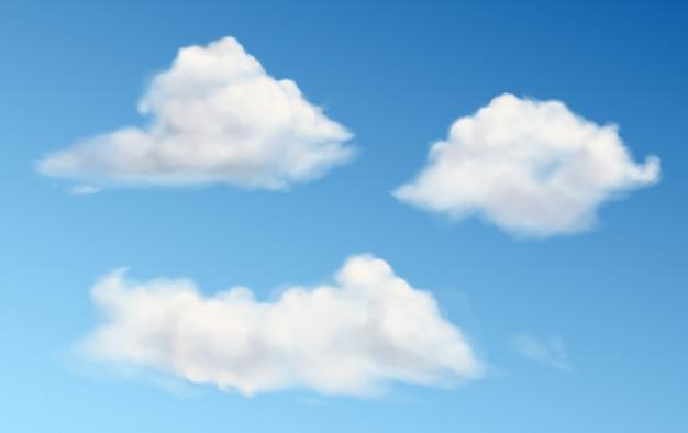 Białe puszyste chmury w błękitne niebo