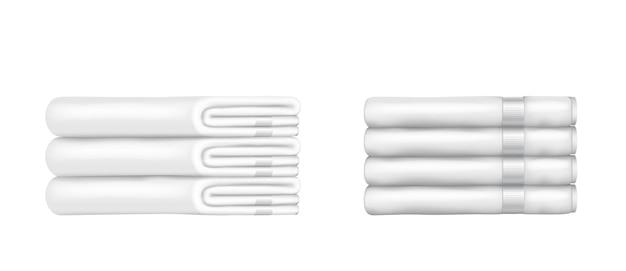 Białe ręczniki frotte składane białe i czyste na białym tle. stos ręczników do spa, łazienki, basenu lub pokoju hotelowego. realistyczna ilustracja wektorowa