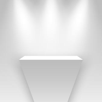 Białe stoisko wystawowe oświetlone reflektorami pusta podium cokół