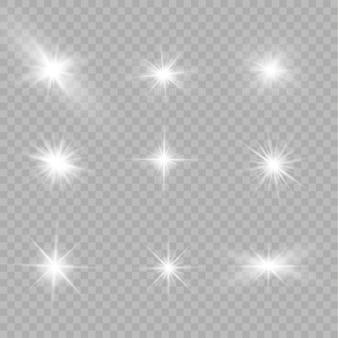 Białe świecące światło wybucha na przezroczystym tle. lśniące magiczne cząsteczki kurzu. jasna gwiazda. przezroczyste świecące słońce, jasny błysk. błyszczy. aby wyśrodkować jasny błysk.
