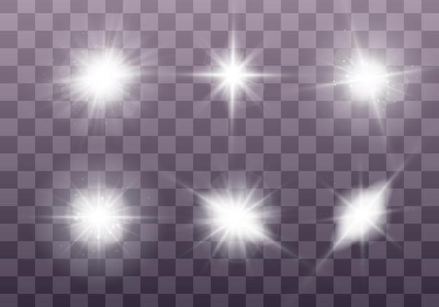 Białe świecące światło wybucha na przezroczystym tle. lśniące magiczne cząsteczki kurzu. zestaw jasnej gwiazdy. przezroczyste świecące słońce, jasne błyski błysku aby wyśrodkować jasny błysk