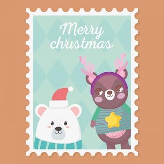 Biało-brązowe niedźwiedzie z swetrem i rogami wesołych świąt bożego narodzenia znaczek