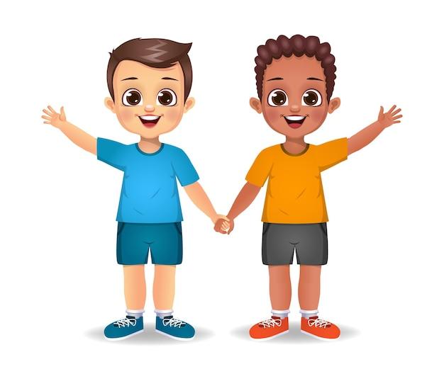 Biały chłopiec i ciemny chłopiec trzymając się za ręce razem