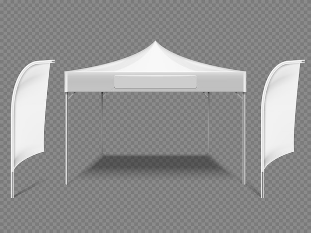 Biały namiot promocyjny na zewnątrz, z flagami plażowymi