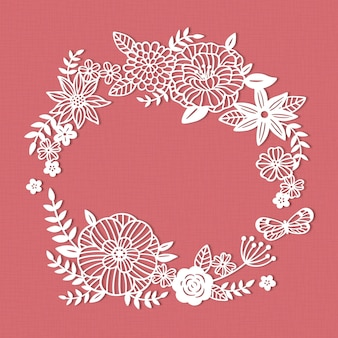 Biały papierowy wieniec z kwiatów ciętych na różowym tle