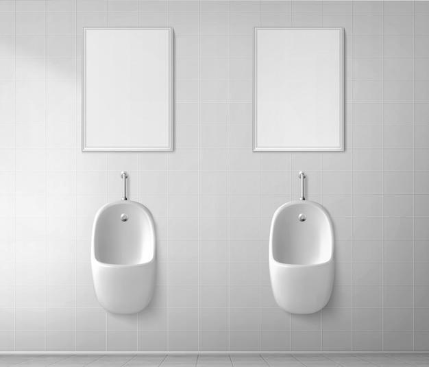Biały pisuar ceramiczny w toalecie męskiej. wektor realistyczne wnętrze publicznej toalety dla mężczyzn z pissoirem
