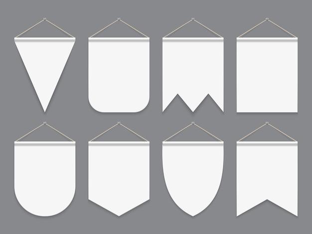 Biały proporczyk. wiszące puste flagi z tkaniny. banery reklamowe na zewnątrz. proporczyki wektor makieta