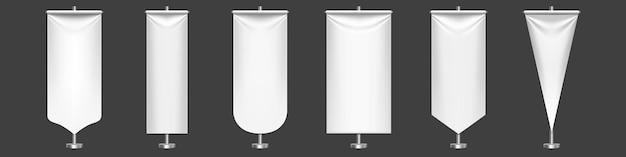 Biały proporzec flagi o różnych kształtach na metalowym stojaku.