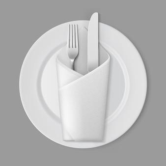 Biały pusty okrągły talerz srebrny widelec koperta serwetka