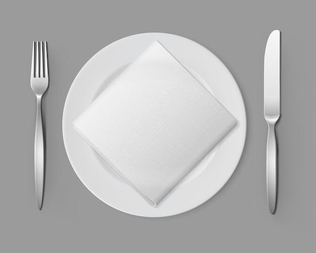 Biały pusty okrągły talerz srebrny widelec kwadratowy serwetka
