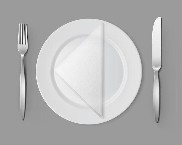 Biały pusty okrągły talerz srebrny widelec nożowy serwetka