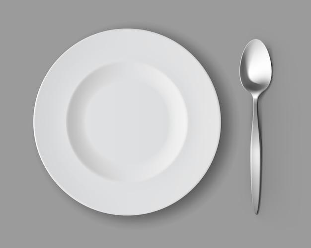Biały pusty okrągły talerz zupy z srebrną łyżką stołową na białym tle, widok z góry wektor
