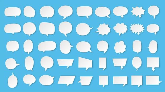 Biały pusty zestaw dymek na białym tle na niebieskim tle