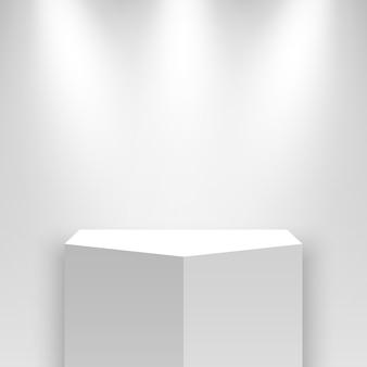 Biały stojak wystawowy i reflektory. piedestał.
