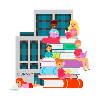 Bibliotekoznawcy studentów różnych narodowości, regały z książkami. kreskówki ilustracyjni dzieci i uczni siedzieć