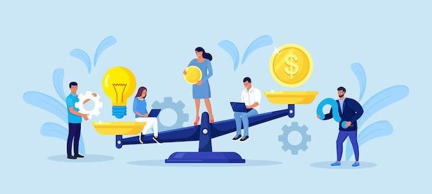 Bilans pieniędzy i żarówki na wadze. inwestor porównuje kreatywne pomysły na biznes i finanse. mali ludzie inwestują pieniądze w pomysł na swing. zarabianie na inwestycjach dochodowych. sprzedaż patentów i inwestycji