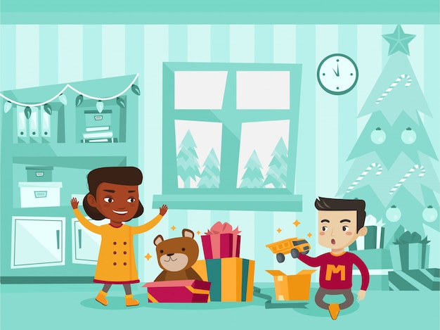 Biracial dzieci otwierające prezenty świąteczne.