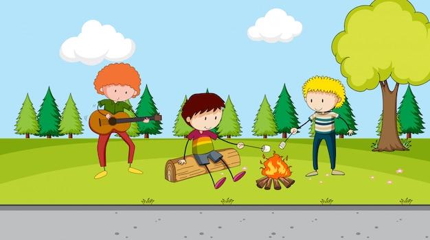 Biwakowanie chłopców w parku