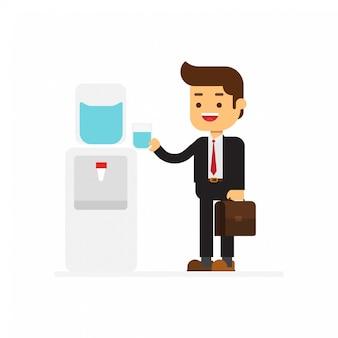 Biznes człowiek odświeżający, gdy pije zimną wodę