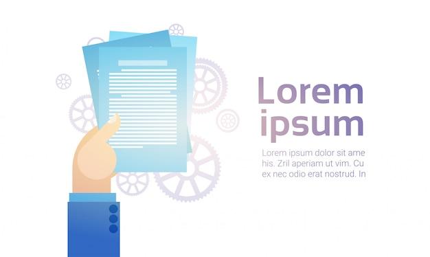 Biznes człowiek ręcznie trzymać dokumenty papierowe, zarejestruj się, koncepcja umowy umowy