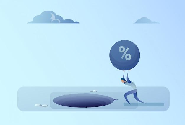 Biznes człowiek rzucanie zadłużenia kredytowego w otworze wolności finansów koncepcja kryzysu