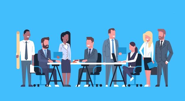 Biznes drużyna burza mózgów, grupa biznesmenów siedzi razem przy biurku omawiając nowe pomysły c