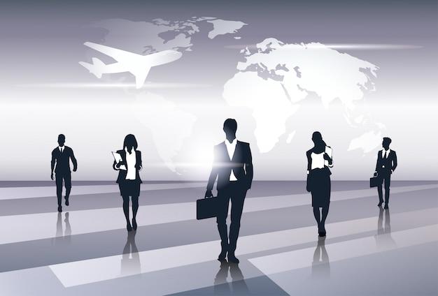 Biznes drużyna sylwetki biznesmenów grupy zasoby ludzkie nad światowej mapy wycieczki lota pojęciem