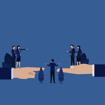 Biznes kobieta oskarża innych, a kierownik godzi obie boczne metafory mediacji.