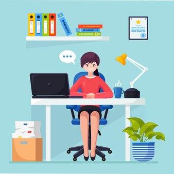 Biznes kobieta pracuje przy biurku