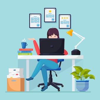 Biznes kobieta pracuje przy biurku.