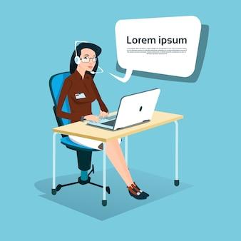 Biznes kobieta siedzi biurko