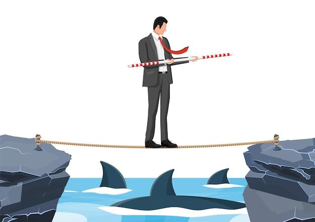 Biznesmen chodzenie po linie nad rekinem w wodzie. biznesmen w garniturze chodzenie na liny z balanserem. przeszkoda na drodze, kryzys finansowy. wyzwanie zarządzania ryzykiem. płaska ilustracja wektorowa