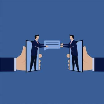 Biznesmen daje komentarz przyjacielowi z inteligentnego telefonu online