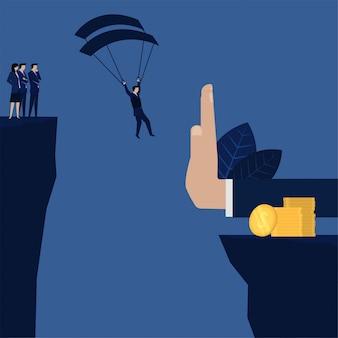Biznesmen lądujący na stosie monet, ale zatrzymany ręcznie metaforą zysków i strat.