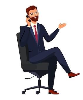 Biznesmen, menedżer siedzi i rozmawia na smartfonie, uśmiechnięty mężczyzna w garniturze za pomocą telefonu komórkowego.