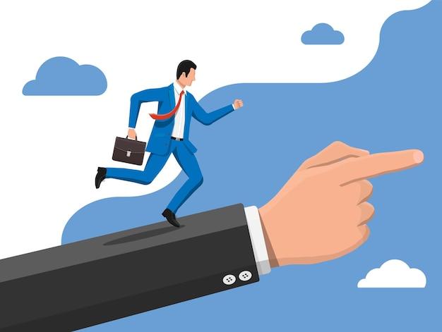 Biznesmen na drabinie ręcznej biegnie szybko z machającym krawatem i teczką.