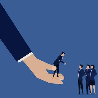 Biznesmen odnoszą się do jego oferty pomocy pracy zespołowej.