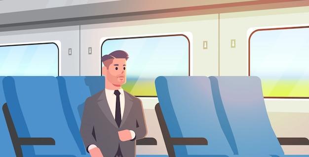 Biznesmen podróżujący pociągiem pasażer mężczyzna w garniturze, siedząc na wygodnym krześle podczas podróży służbowej podróży transportem publicznym na duże odległości