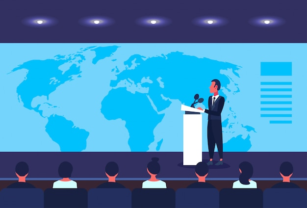 Biznesmen polityk rozmawia z tribune konferencji biznesowej nad głośnikiem mapy świata