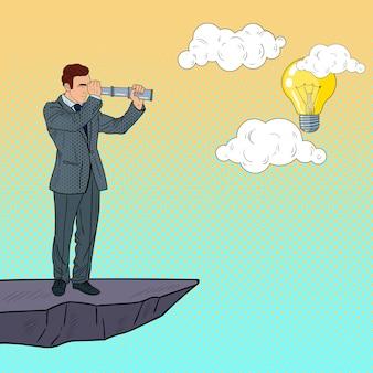 Biznesmen pop-artu z teleskopem na szczycie góry w poszukiwaniu idei. innowacje biznesowe.