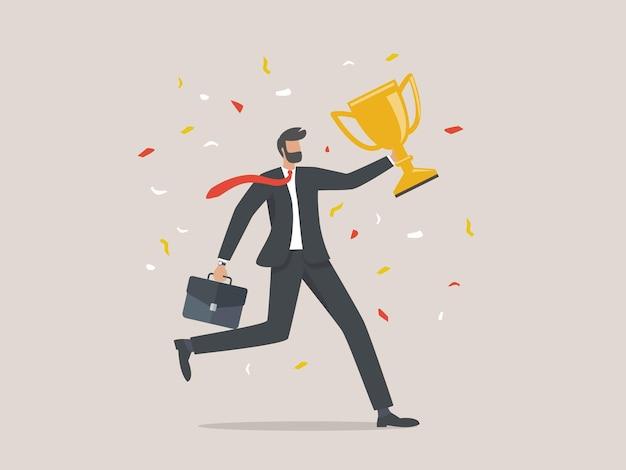 Biznesmen posiada trofeum, pojęcie osiągnięć biznesowych