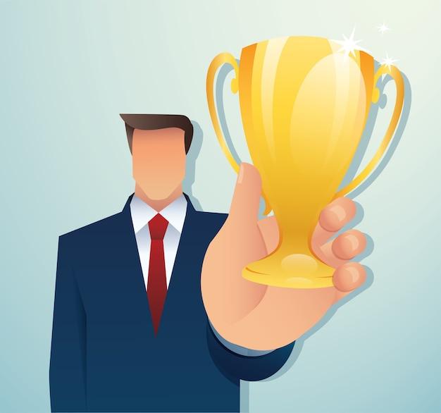 Biznesmen posiadający złote trofeum